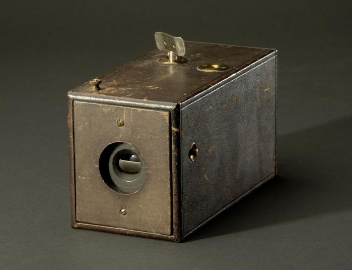 Джордж Истман получил патент на фотокамеру, заправляемую фотопленкой, и зарегистрировал торговый знак «Кодак»