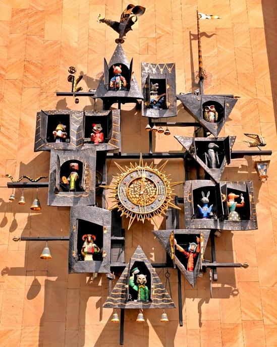 Знаменитые часы на фасаде здания Театра кукол им. С.В.Образцова