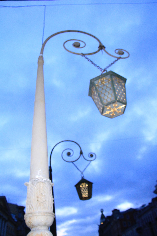 Сенатом издан Указ «О сделании для освещения в зимнее время в Москве стеклянных фонарей»