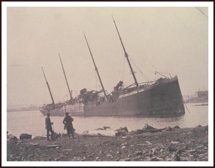 В канадском порту Галифакс столкнулись норвежский грузовой пароход «Имо» и французское грузовое судно «Монблан»