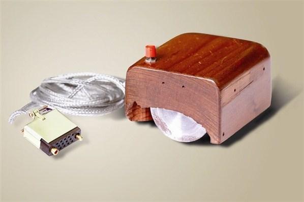 Дуглас Энгельбарт из Стэнфордского исследовательского института представил первую мире компьютерную мышь