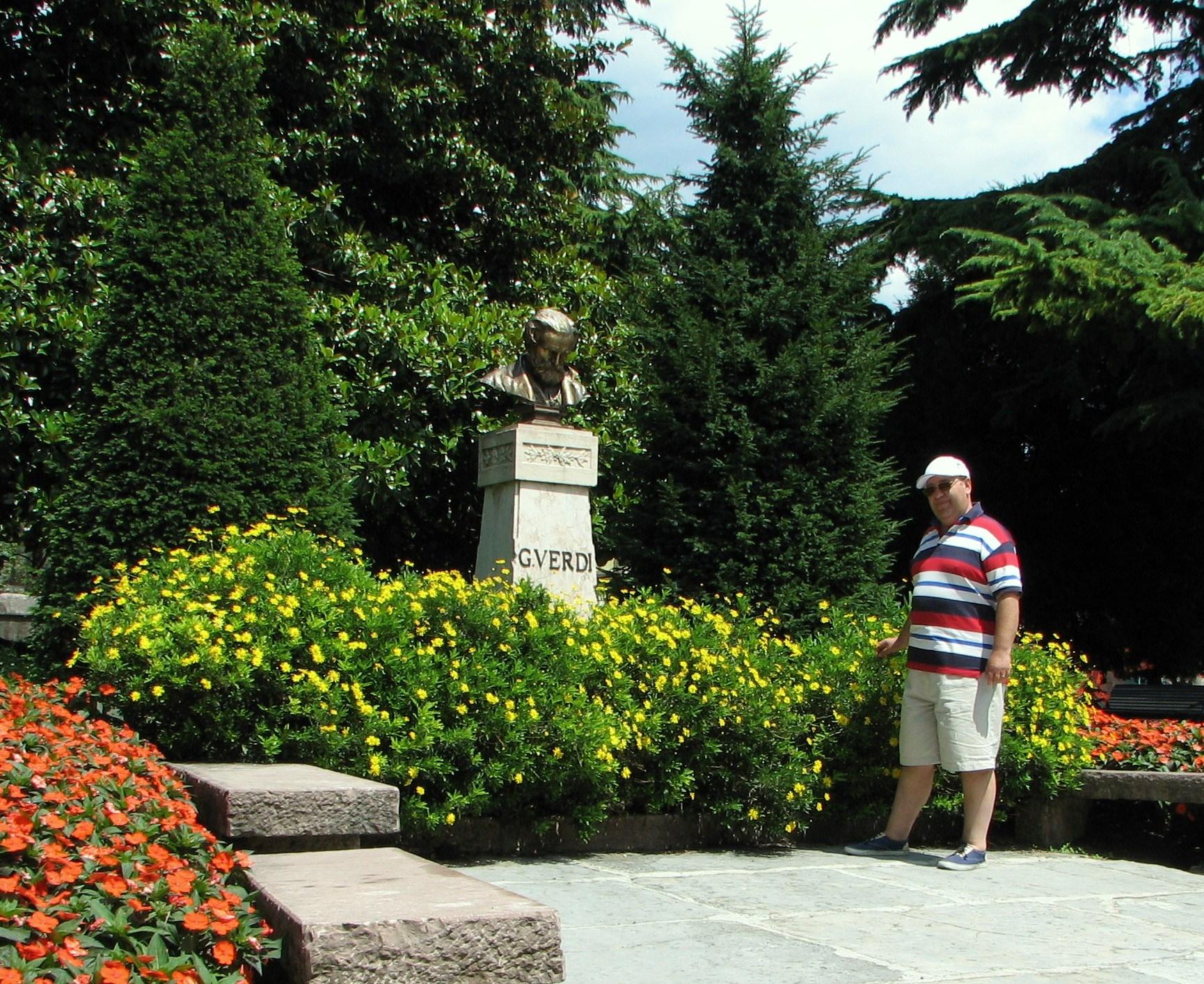 Я у памятника великому композитору г.Рива, северная Италия - 2007