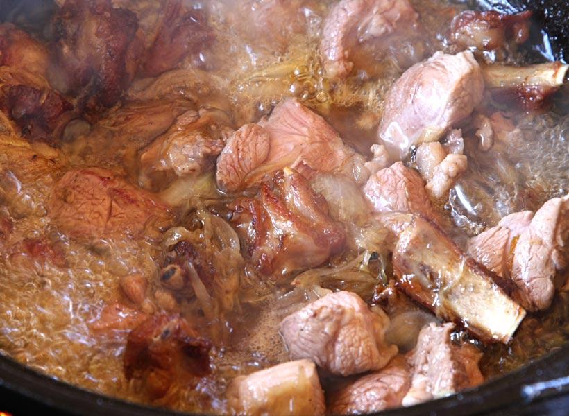добавляем мясо в плов