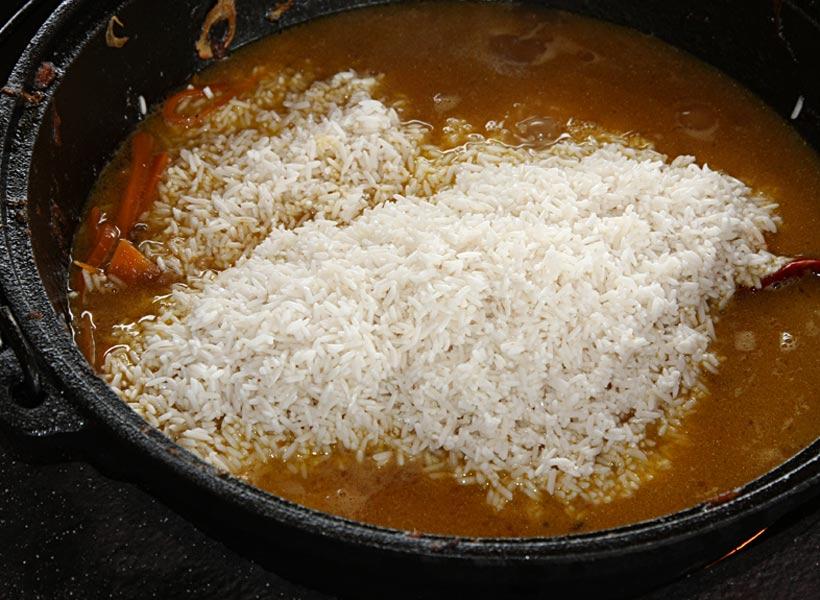 выкладываем рис в плов