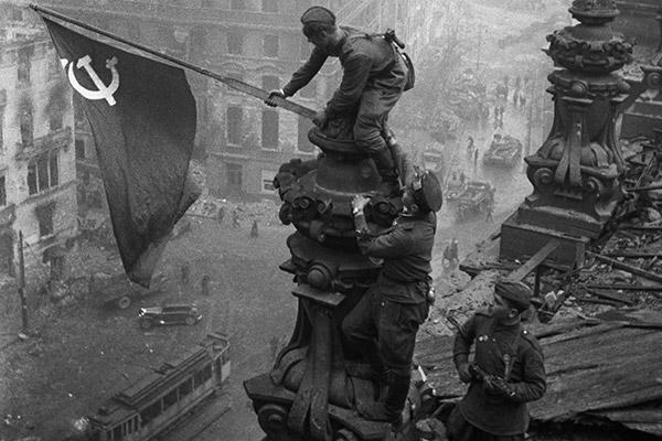Знамя Победы над рейхстагом в Берлине