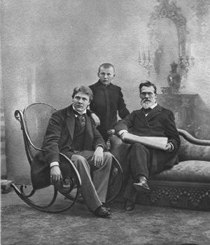Ф.И.Шаляпин с отцом И.Я.Шаляпиным и братом Василием. 1898 г.