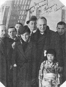 Прибытие Ф.И. Шаляпина в Шанхай. С ним его дочь Дася.