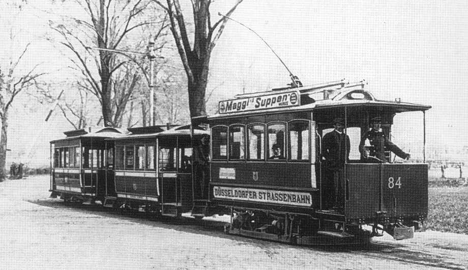 прошел первый в мире электрический трамвай.