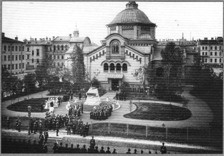 Памятник «Подвигам лейб-гвардии Саперного батальона» и церковь Сапёрного батальона.