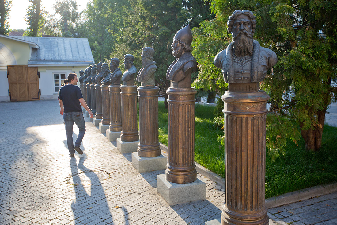 аллея памятников правителей России