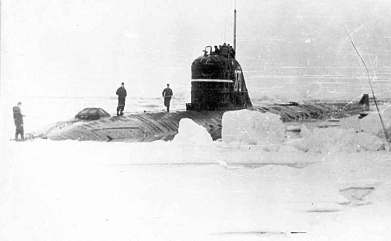 подводная лодка Ленинский комсомол всплыла на Северном полюсе