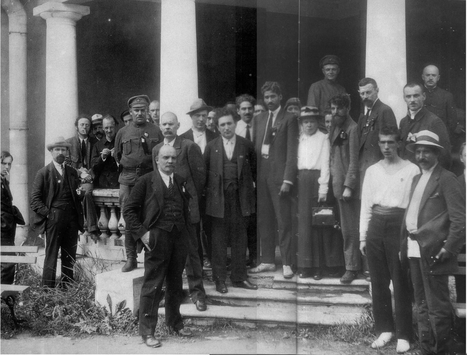 Ленин среди делегатов II Конгресса Коминтерна