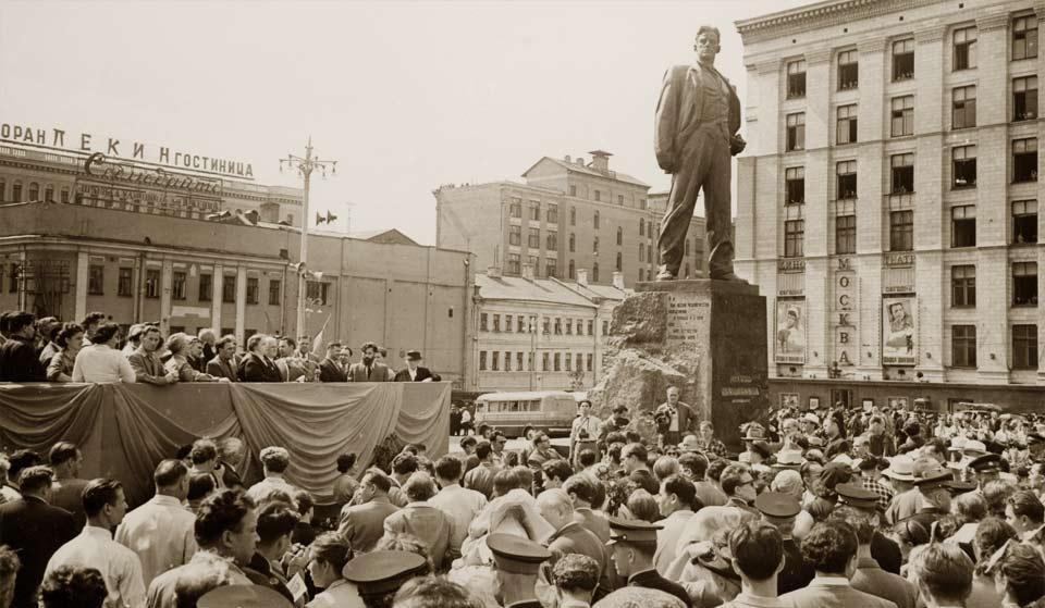Открыт памятник Владимиру Маяковскому в Москве