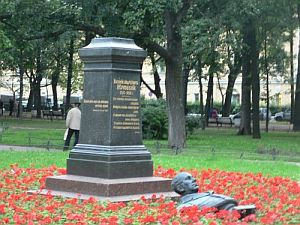 В Александровском саду неизвестные повредили бюст Василия Жуковского