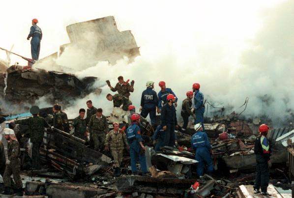 В результате подрыва автомашины с взрывчаткой в Буйнакске разрушен жилой дом, погибло 58 человек