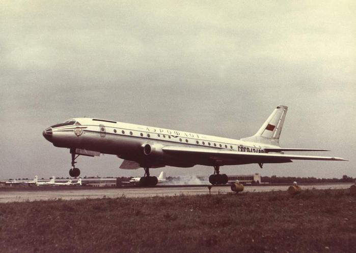 На трассы Аэрофлота вышел первый в мире реактивный пассажирский лайнер «Ту-104»