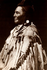 1905-1925-edward-s.-curtis--shot-in-the-hand-absaroke