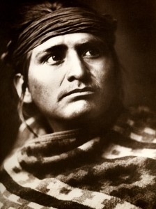 1905-1925-edward-s.-curtis--un-chef-du-désert-navajo-a-head-of-the-desert-navajo