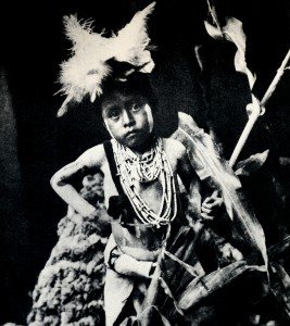 1910-1925-edward-s.-curtis--dans-lattente-du-retour-des-coureurs-du-serpent-in-waiting-of-the-return-of-the-runners-of-the-snake