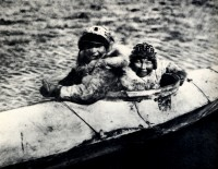1910-1925-edward-s.-curtis--garçons-en-kayak-nuniwak-boys-in-the-kayak-nuniwak