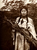 1910-1925-edward-s.-curtis--la-ramasseuse-de-joncs-arikara-the-pick-up-of-snap-rings-arikara