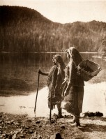 1910-1925-edward-s.-curtis--lattente-du-canoé-nootka-waiting-of-canoé-nootka