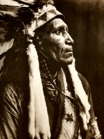 1910-1925-edward-s.-curtis--raven-blanket-nez-percé-raven-blanket-bored-nose