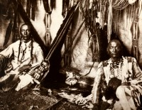 1910-1925-edward-s.-curtis--sous-un-tipi-piegan-under-tipi-piegan