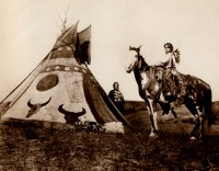 1910-1925-edward-s.-curtis--un-tipi-peint-assiniboine-painted-tipi-assiniboine
