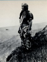 1918-1925-edward-s.-curtis--femme-hupa-en-costume-traditionnel-woman-hupa-in-traditional-costume