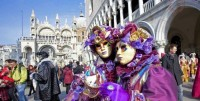 a-purple-couple-venice-carnival--min