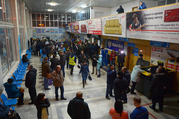 Родственники погибших в аэропорту Орска. Фото: ТАСС