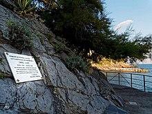 Мраморная доска выгравирована для озера Грег рядом с Кастелло Каневаро в Дзоальи.