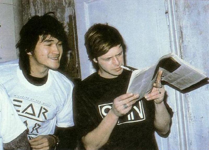 viktor-tsoy-i-boris-grebenschikov-chitayut-zapadnyiy-rok-jurnal,-1986.