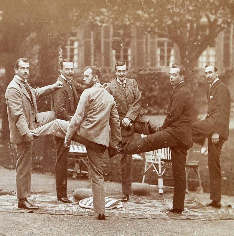 Николай II в компании великих князей и греческого принца Николая. 1899 год. Замок Вольфсгартен, Германия.