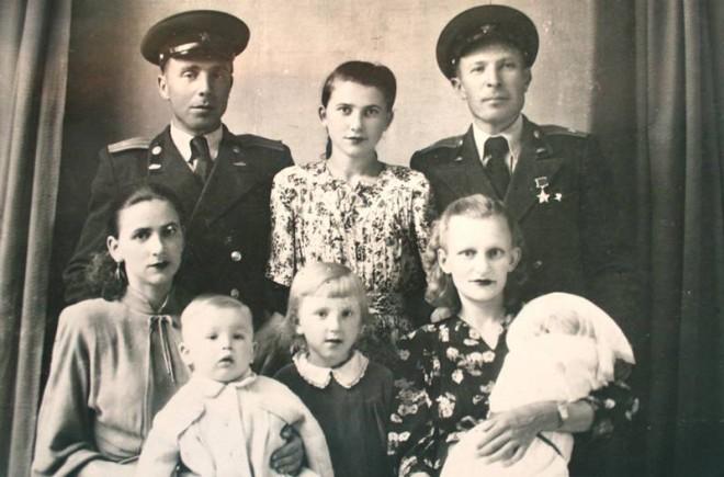 https://tunnel.ru/tmp/nCLqAlK0oiypEBs3kJDY/semon-konovalov-s-jenoy-nadejdoy-i-ih-malenkoy-docheryu-irinoy-(na-rukah).jpg